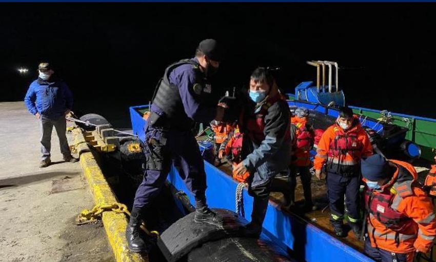 Preocupación en Comunidades kawesqar por 5 meses de plazo en reflotar estructura salmonera con combustible hundida cerca de Puerto Natales