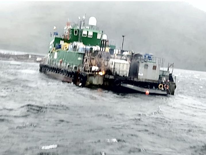 Autoridad marítima realiza peritajes y evalúa condiciones ambientales por incendio de pontón de empresa Australis