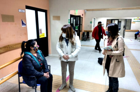 Alcaldesa visitó el CESFAM de Natales y conversó con los vecinos que esperaban atención