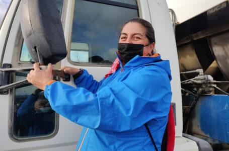 Municipio natalino destacó a primera mujer chofer de camión recolector de la basura